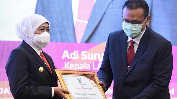 Gubernur Khofifah Dianugerahi Lencana Kehormatan Kepala Daerah Pemimpin Perubahan dari LAN RI