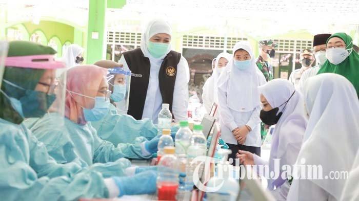 Khofifah Gelontorkan Vaksin Covid-19 untuk Santri Ponpes Al Yasini Pasuruan, Ada 2.750 Dosis