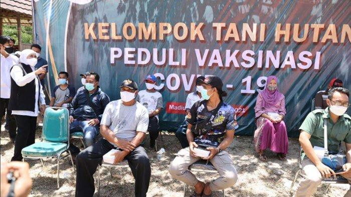 Gubernur Khofifah Tinjau Vaksinasi di Dolopo Madiun, Sudah 17.374 Masyarakat Desa Hutan Tervaksinasi