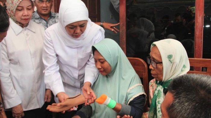 Viral Setelah Makan Tangannya Sendiri, Wanita di Kediri Terima Tangan Palsu dari Gubernur Khofifah