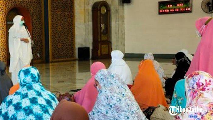 Ikut Tarawih Hari Pertama di Masjid Al Akbar Surabaya, Gubernur Khofifah: Jaga Ibadah dan Prokes