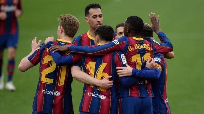 Pemain Barcelona merayakan gol Ousmane Dembele saat berhadapan dengan Sevilla di Stadion Ramon Sanchez Pizjuan, Sabtu (27/2/2021).