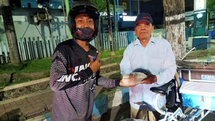 Sukses Gelar Donor Darah, Bold Riders Pasuruan Bagikan Sembako ke Puluhan Tukang Becak