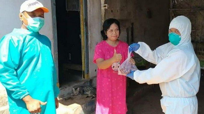 Pakai APD Lengkap, Lima Komunitas di Probolinggo Bagikan Paket Daging Kurban ke Warga yang Isoman