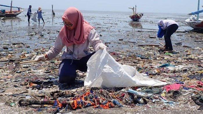 Prihatin dengan Banyaknya Sampah di Laut, Komunitas Nowaste Bersih-bersih Pantai Kenjeran Surabaya