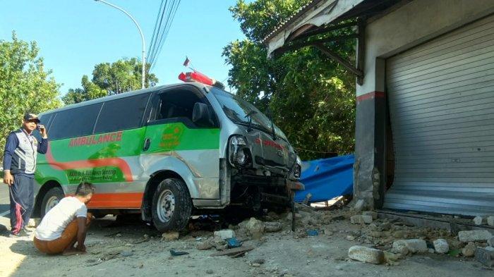 Habis Bawa Pasien ke Surabaya, Ambulan RS Sumenep Tabrak Toko Sampai Rusak, Kondisi Sopir Jadi Sebab