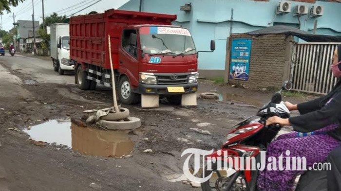 Kondisi jalan rusak di Krian Sidoarjo, yang banyak dikeluhkan warga, 2020.