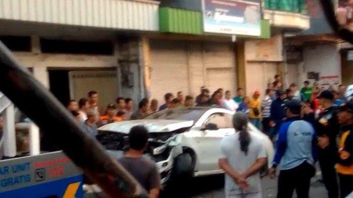 Diduga Mabuk, Pengemudi Mobil Mercedes-Benz Tabrak Warung Kopi di Girilaya Surabaya