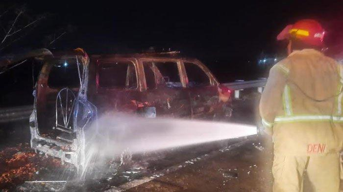 Diduga Mesin Overheat, Mobil Ambulan Pengangkut Jenazah Terbakar di Tol Jombang-Mojokerto