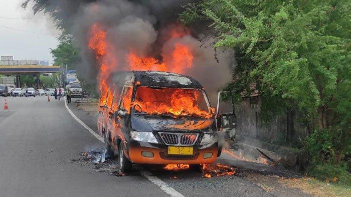 Mobil L300 Ludes Terbakar di Dekat Gerbang Tol Banyu Urip, Diduga Akibat Korsleting AC