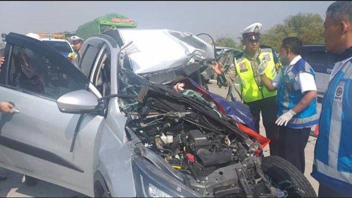Hilang Kendali Saat Melaju Kencang, Toyota Rush Cium Pantat Truk Box di Tol Mojokerto, 1 Orang Tewas