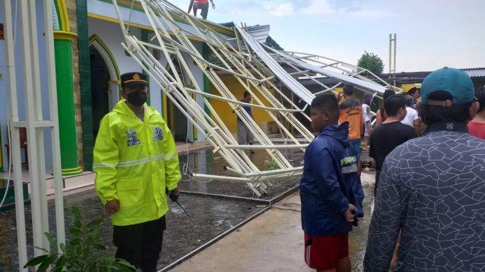 Sumenep Dihantam Angin Puting Beliung, Tiga Orang Korban Luka-luka