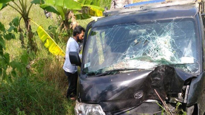 Tabrak Pohon, Mobil Pick Up Daihatsu di Sampang yang Dikendarai Warga Surabaya Nyungsep di Sawah