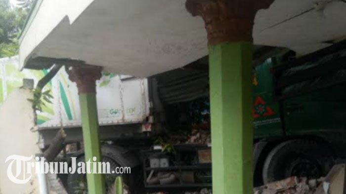 Truk Trailer Nyelonong Masuk Ruang Tamu, 3 Rumah Warga Rusak di Trowulan Mojokerto