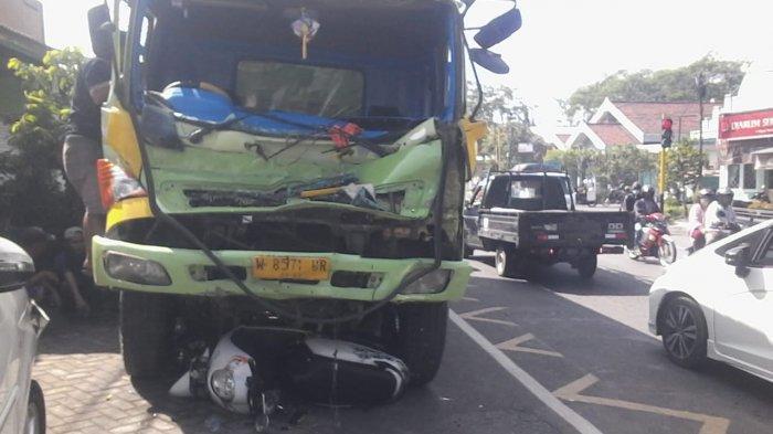 Kondisi truk fuso pasca mengalami tabrakan beruntun di Jalan Raya Tekum, Kecamatan Tekung, Lumajang, Selasa (14/9/2021).