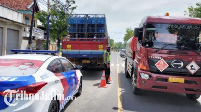 Sopir Mengantuk, Truk Pengangkut Ratusan Galon di Sampang Oleng dan Seruduk Bokong Truk Lain