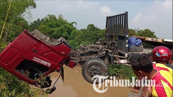 Sopir Mengantuk, Truk Trailer Tabrak Tiang PJU & Pembatas Jalan di Jombang, Nyaris Terjun ke Sungai