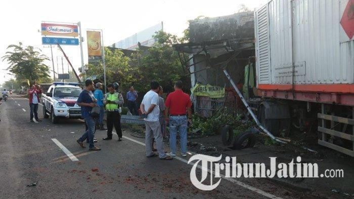 Serempet Spion Truk, Truk Trailer Seruduk Tiang Listrik dan Rumah Warga di Jombang Hingga Rusak
