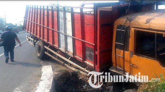 Remnya Blong, Truk Banting Stir & Seruduk Warung Nasi Bebek di Jombang Hingga Hancur