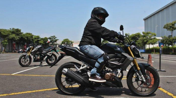 Riding Postur yang Benar Saat Berkendara Pakai Motor Sport Agar Nyaman, 'Kaki Menjepit Tangki'