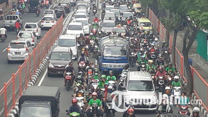 Jalan Putar Fly Over Mayangkara Ditutup 10 hari, Imbas Perbaikan Lintasan Rel KA di Jalan Wonokromo