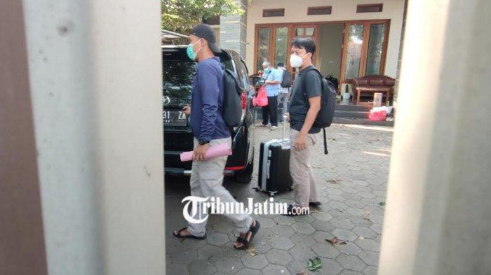 Penyidik KPK Membawa Satu Koper Hitam Usai Menggeledah Rumah Zulmi Putra Mantan Bupati Probolinggo