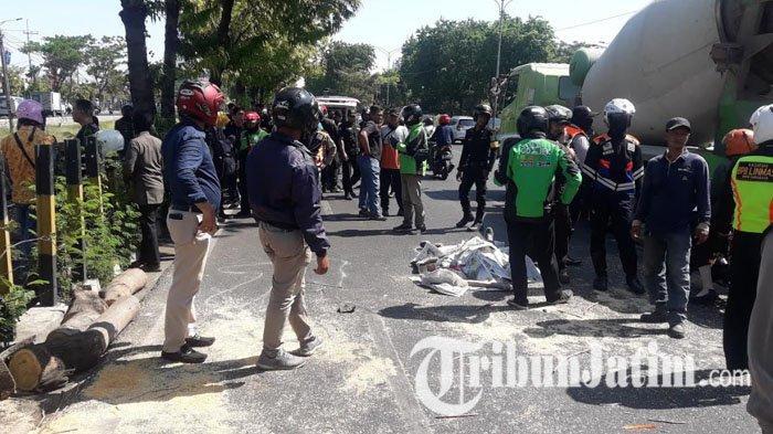 BREAKING NEWS: Pengendara Motor Tewas Tertimpa Pohon, Saat Melintas di Jl A Yani Surabaya