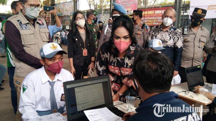 Tinjau Vaksinasi Pelajar di SMKN 6 Kota Malang, Krisdayanti Diserbu Nakes Minta Foto