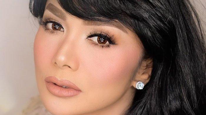 Krisdayanti sang diva Indonesia selalu tampil dengan makeup tebal