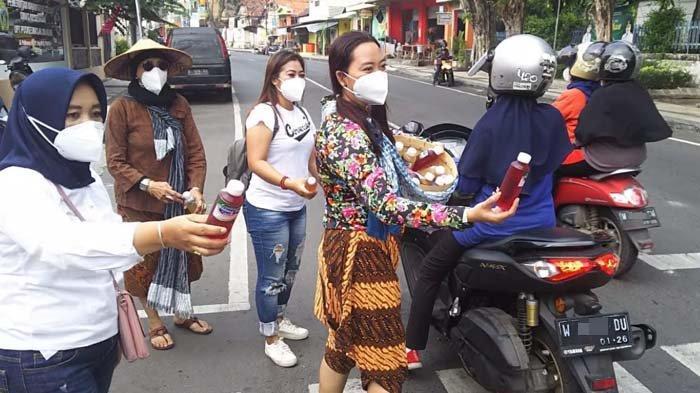 Hari Jamu Nasional, Ladies Scooter Gresik Berkeliling Naik Vespa dan Kampanyekan Minum Jamu