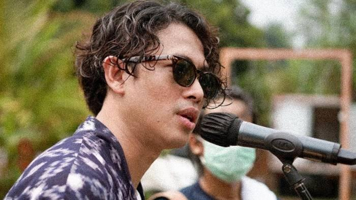 Lagu Friendzone dinyanyikan oleh penyanyi solo Budi Doremi.