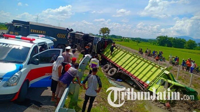 Bus Eka Tabrak Truk Fuso Dari Belakang di Tol Nganjuk-Madiun, Tiga Orang Tewas di Lokasi
