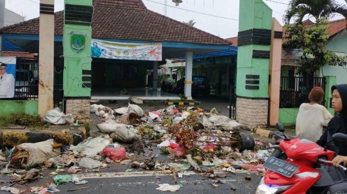Warga Protes karena Tak Ada TPS, Kantor Kecamatan Tutur Pasuruan Bak Tempat Pembuangan Sampah