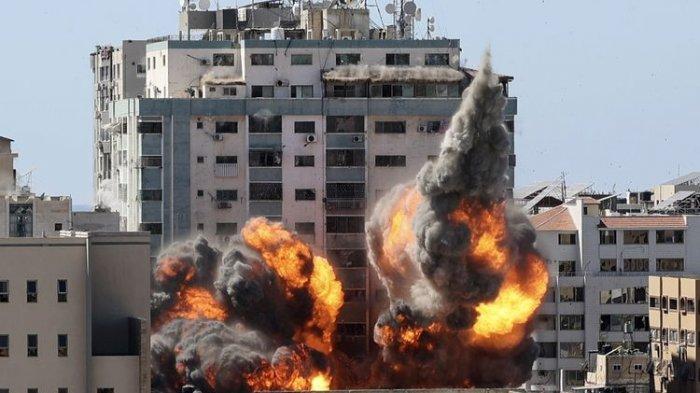 Bola api hasil ledakan kantor media Al Jazeera dan Associated Press di Gaza, setelah serangan udara Israel pada Sabtu (15/5/2021). Serangan itu dilakukan Israel setelah memberi waktu satu jam bagi penghuni gedung untuk mengevakuasi diri.