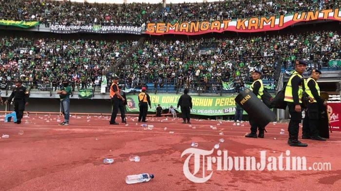 Persebaya vs Madura United: 1-2, Lemparan Botol Terjadi, Dipicu Wasit Nilai Tak Ada Pelanggaran