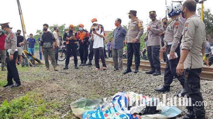 Polisi melakukan olah tempat kejadian perkara di lokasi tabrakan KA Dhoho dan Suzuki Carry di perlintasan Jalan Kahuripan, Kelurahan Blitar, Kecamatan Sukorejo, Kota Blitar, Jumat (12/2/2021).
