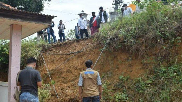 Jalan Penghubung Desa di Bangkalan Ambles, Bupati Perintahkan Segera Bangun Jalur Alternatif