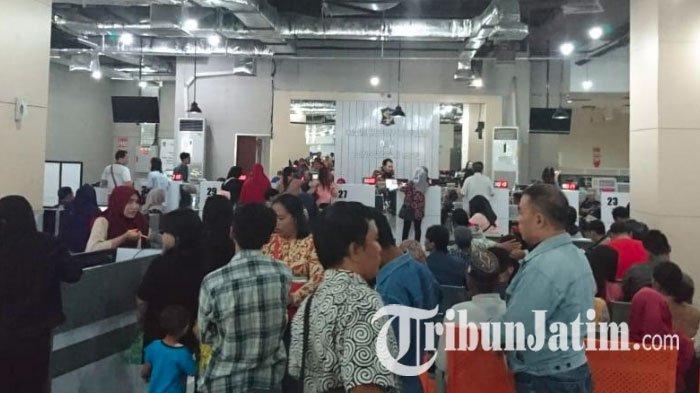 Loket Dispendukcapil di Mall Pelayanan Publik Siola Surabaya Padat Pengunjung