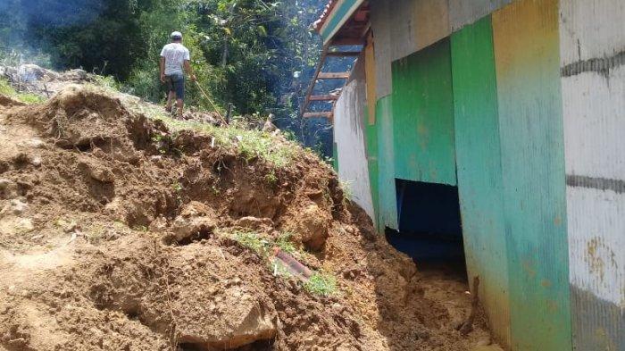 Tebing Setinggi 5 M di Banyupelle Pamekasan Longsor, Material Batu Terjang Rumah Nenek 70 Tahun