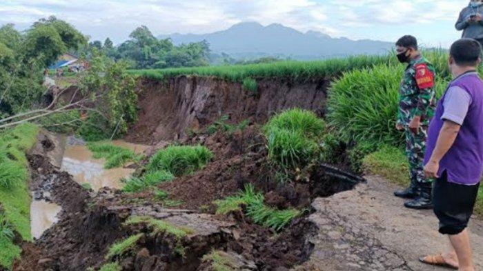 Longsor Jalan Alternatif di Desa Krosok Usai Diguyur Hujan Deras 2 Hari, Sementara Ditutup Total
