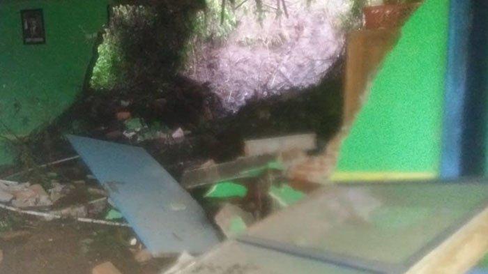 Akibat Hujan Deras, Tebing Setinggi 15 Meter Longsor Menimpa Balai Desa, Kerugian Capai 50 Juta