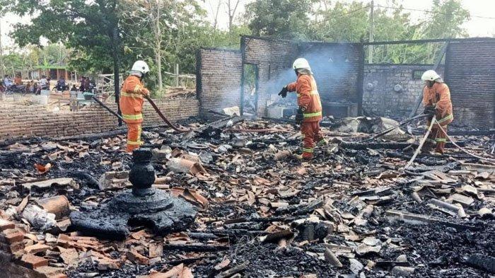 Hadiri Pelantikan Anak Jadi Kades, Kakek Ini Pusing Rumahnya Malah Ludes Terbakar di Bojonegoro