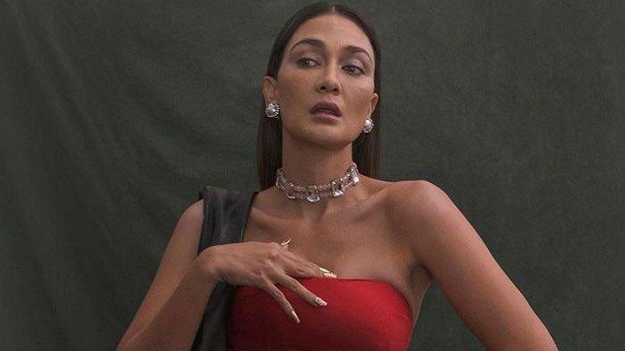 Pakai Kemben, Luna Maya Pemotretan sampai Celana Dalam Merahnya Ngintip, Pose Ramai Jadi Sorotan