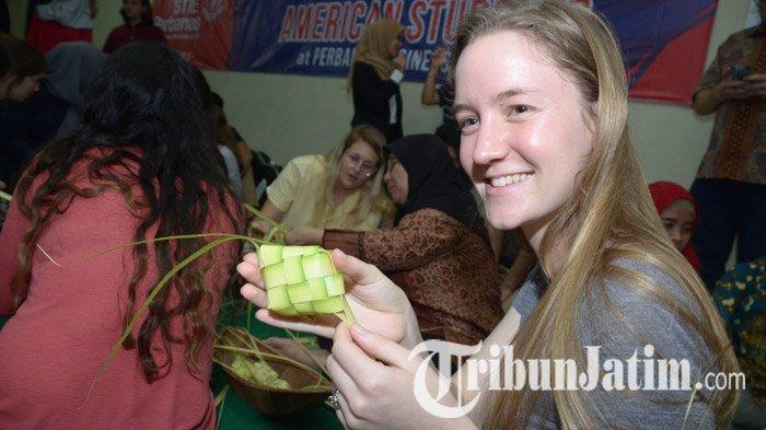 Belajar Tradisi Lebaran, Puluhan Mahasiswa Amerika di Surabaya Pilih Buat Ketupat