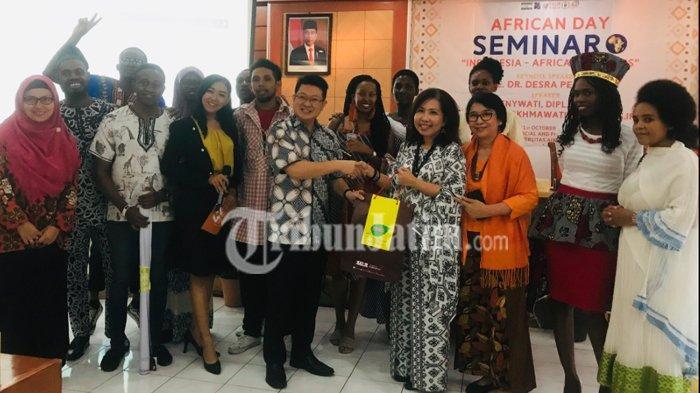 Mahasiswi Unair Asal Afrika Kenalkan Isicholo ke Surabaya di African Day