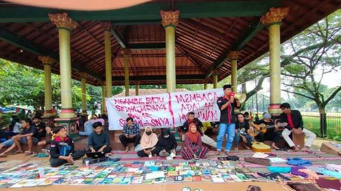 Prihatin Degradasi Literasi, Mahasiswa dan Pelajar Buka Lapak Baca Gratis di Taman Paseban Bangkalan