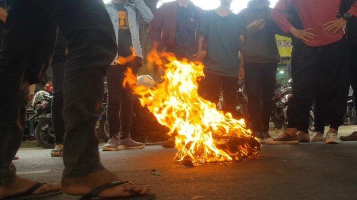 Mahasiswa Blokir Jalan dan Bakar Kertas Karena Kecewa Respon Kadisperindag Sumenep