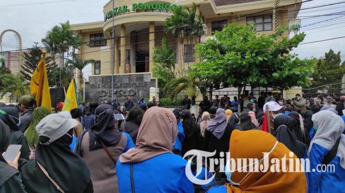 Tak Ditemui Dewan, Mahasiswa Ponorogo Gelar Salat Jenazah di Depan Gedung DPRD: Hati Nurani Mati