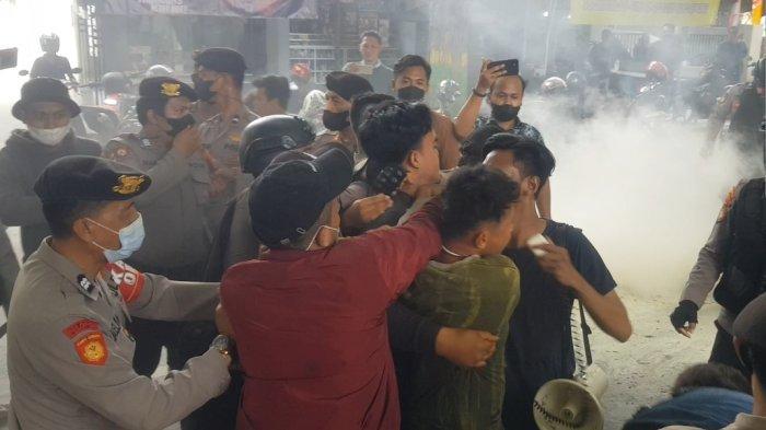 Demo Ricuh, Polisi dan Mahasiswa Baku Pukul di Depan Kantor Disperindag Sumenep
