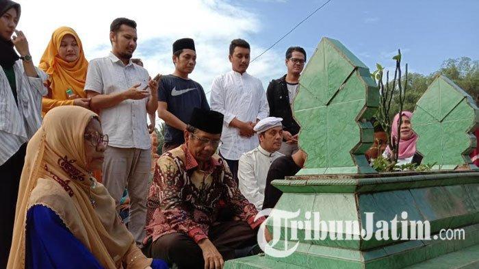Mudik ke Pamekasan, Mahfud MD Bersilaturahmi ke Keluarga dan Ziarah ke Makam Ayahnya